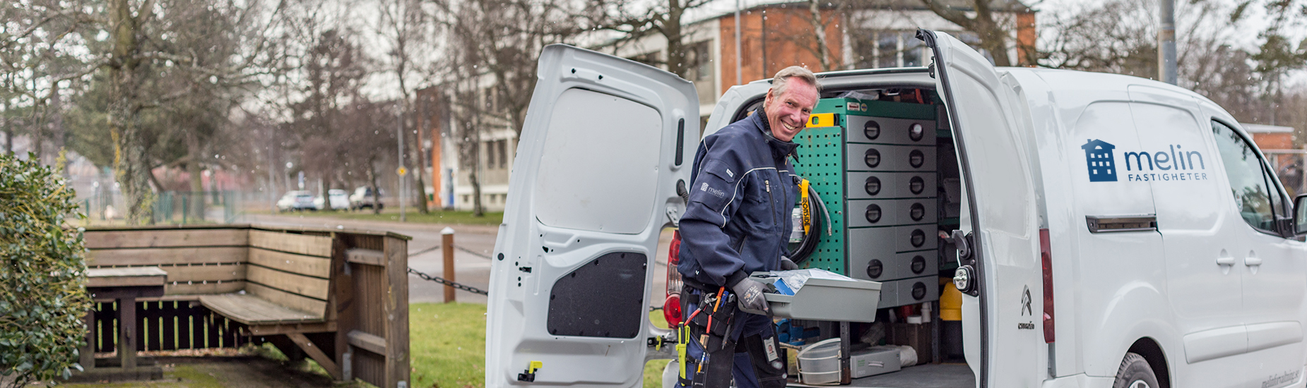 Felanmälan Melin Fastigheter: bild på fastighetstekniker som lastar sin bil